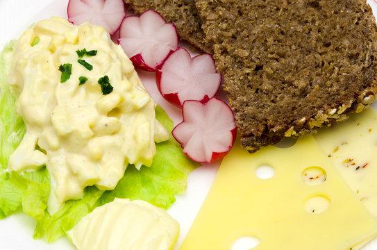 Frühstück - Brot, Käse, Eiersalat und Butter