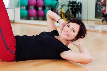 frau trainiert bauchmuskulatur