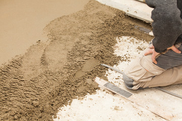 mason smooth the cement screed, maçon chape ciment