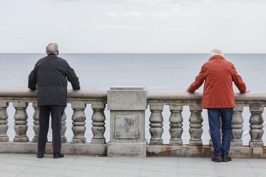 Ancianos frente al mar