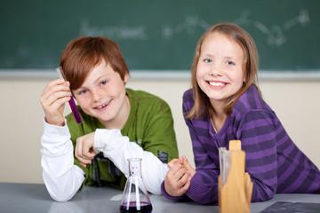 jugendliche begeistern sich für chemie