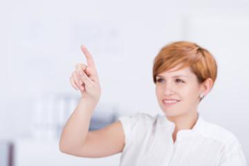 junge frau zeigt mit dem finger auf etwas