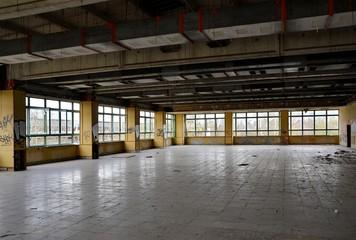 ehemaliger Speisesaal einer stillgelegten Fabrik