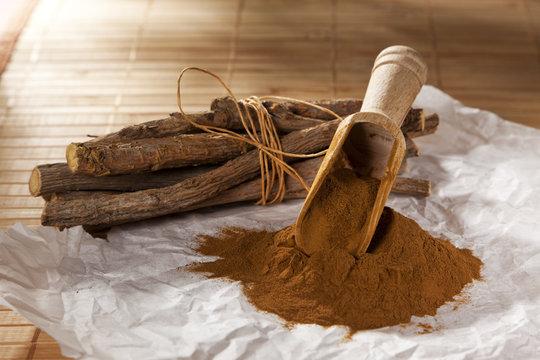 Süßholzwurzeln und Lakritzpulver