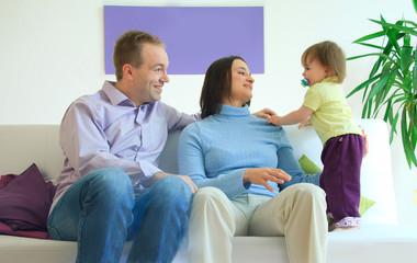 Familie entspannt Zuhause auf dem Sofa