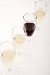 Calici di vino bianco e rosso