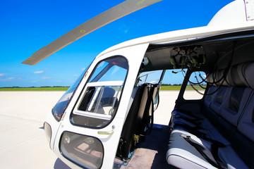 Einsatzbereiter Hubschrauber vor blauem Himmel