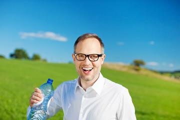 lachender mit mit wasserflasche