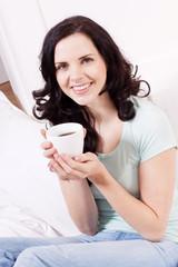 junge frau trink frischen schwarzen kaffee