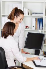zwei kolleginnen am computer