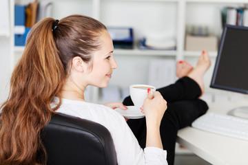 frau nimmt kurze auszeit im büro