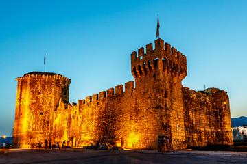 Medieval Castle of Kamerlengo in Trogir Illuminated in the Night Fototapete