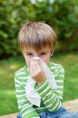 kleiner junge mit allergie