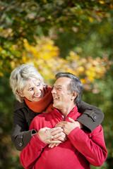 älteres paar umarmt sich