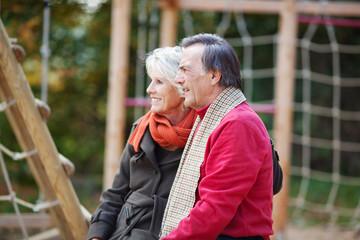 senioren paar sitzt auf einem spielplatz