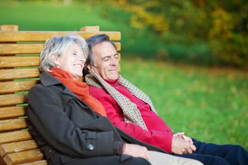 älteres paar entspannt im park