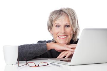 lächelnde seniorin mit laptop