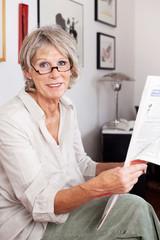 moderne seniorin liest die tageszeitung