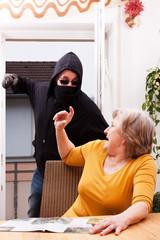 Gewalttäter überfällt seniorin