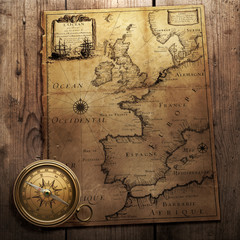 Fototapete - old compass on vintage map 1666