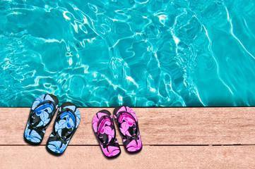 Sandales homme femme au bord d'une piscine