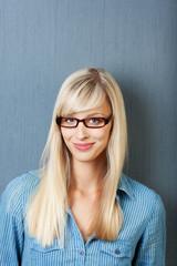 lächelnde blonde frau mit brille