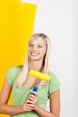 glückliche frau streicht gelb