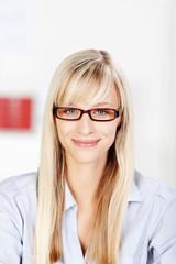 lächende frau mit brille