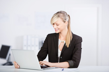 lächelnde beraterin am laptop