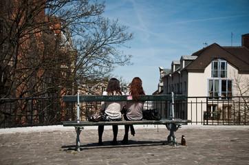 jeunes femmes admirant la vue à Montmartre/Paris