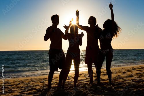 Бойфренды фотографируют подружек отдыхая у моря  230795