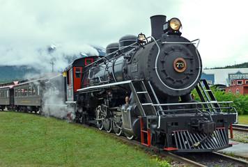 Locomotora de vapor llegando a la estación