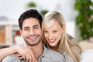 glückliches junges paar zu hause