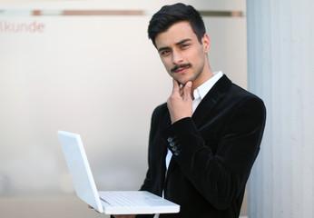 junger türkischer Geschäftsmann