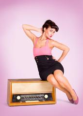 Frau sitzt auf Radio
