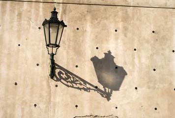 Lampadaire et son ombre sur un mur