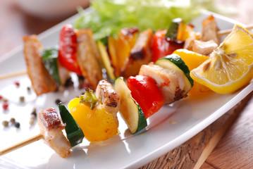 spedini di carne di maiale con peperoni e zucchine