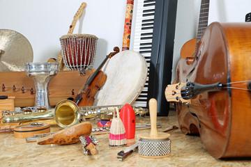 Viele Musikinstrumente