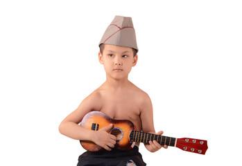 мальчик в военной шапке и с гитарой