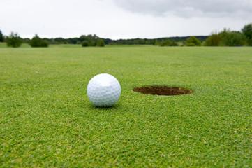 Golfball an Loch