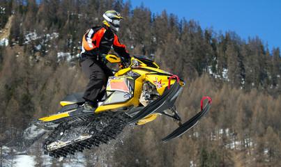 Fototapete - salto con motoslitta
