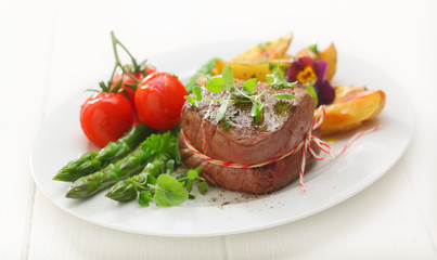 Fillet steak with asparagus and tomato