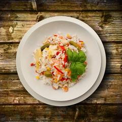 riso in insalata su fondo di legno