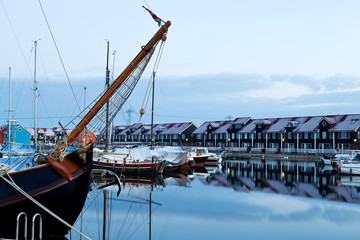 Fototapete - ship and yacht at marina before sunrise