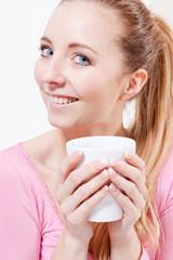 junge attraktve glückliche frau geniesst schwarzen kaffee