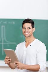 student mit tablet vor der tafel