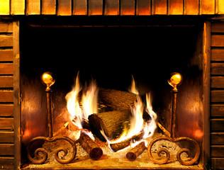 detalle de hoguera y leña ardiendo