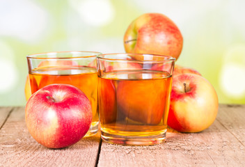 Fototapete - Two glasses of apple juice