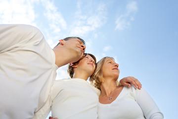 familie vor blauem himmel