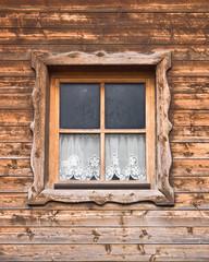 Hütte und Fenster mit Vorhang 3